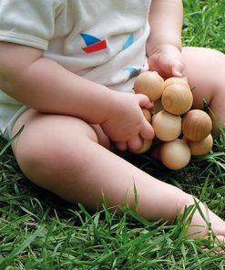 Gras Grimms kralengrijper perfecte speeltje voor onder het verschonen met wasbare luiers (Billenboetiek)