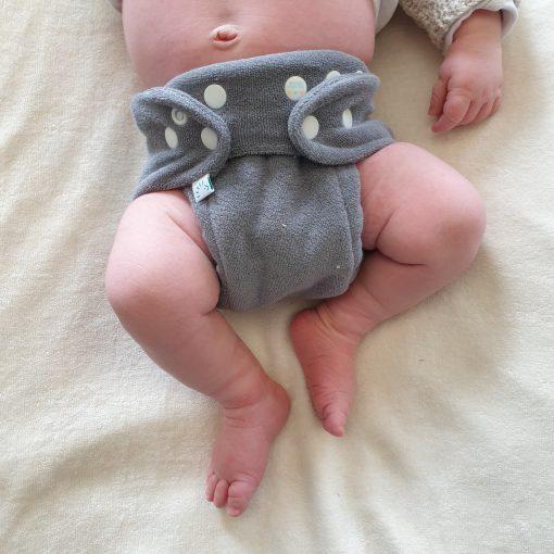 B draagt een wasbare luier van Popolini (newborn MiniSnap) Billenboetiek Utrecht